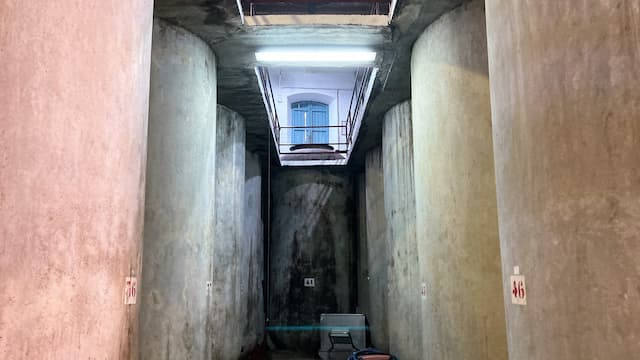 Sala de depósitos de hormigón en Bodegas Corcovo - Destino y Sabor