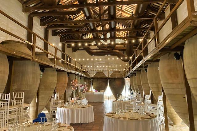 Sala de tinajas adaptada como salón comedor de gala - Destino y Sabor
