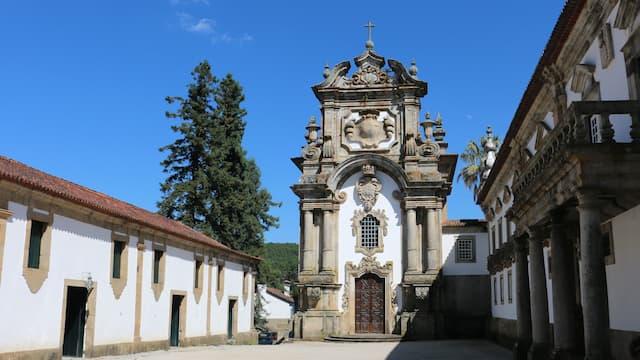 Fachada principal de la Capilla del palacio - Destino y Sabor