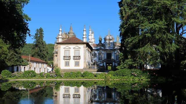 Palacio Casa de Mateus reflejado en el estanque de los jardines - Destino y Sabor